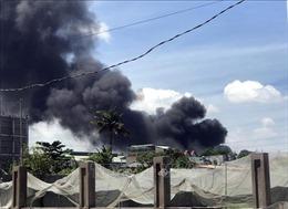 Khẩn trương dập đám cháy lớn tại công ty gỗ ở Bình Dương