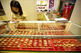 Giá vàng châu Á vẫn 'neo'quanh mức đỉnh của 8 năm
