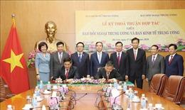 Ký kết Quy chế phối hợp công tác giữa Ban Kinh tế Trung ương và Ban Đối ngoại Trung ương