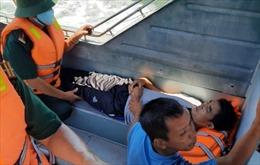 Cứu nạn một ngư dân bị tai biến liệt nửa người khi hành nghề trên biển