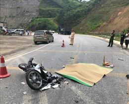 Va chạm với xe kéo rơ-moóc trên Quốc lộ 6, một phụ nữ Mexico đi xe máy tử vong