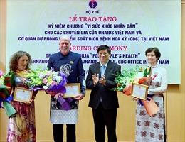 Trao kỷ niệm chương cho ba chuyên gia nước ngoài hỗ trợ Việt Nam phòng chống HIV/AIDS