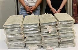Bắt giữ hai đối tượng vận chuyển 32 bánh heroin