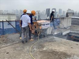 Chính thức cắt sàn mái tầng 18 tòa nhà vi phạm 8B Lê Trực