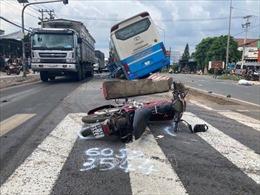 Xe khách giường nằm tông chết người, hàng chục hành khách hoảng loạn