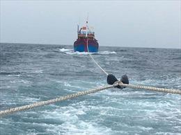 Đưa ngư dân gặp nạn trên biển về đảo Phú Quý an toàn