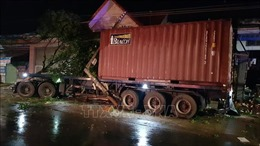 Xe container mất lái tông liên tiếp vào 4 nhà dân