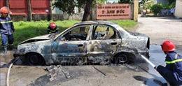 Xe 4 chỗ bị cháy rụi không rõ nguyên nhân khi đang đậu ven đường