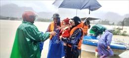 Nhiều người dân Quảng Bình vẫn đang kêu cứu khi nước lũ dâng tràn nóc nhà