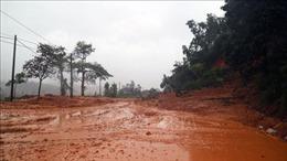 Nhiều tuyến đường tại Nghệ An bị ngập nước, sạt lở đất đá không thể đi lại