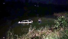 Ô tô rơi xuống cầu bắc qua sông Giăng sau khi va chạm với xe máy