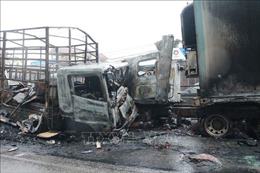 Xe tải đối đầu xe container và bốc cháy, Quốc lộ 1A tắc nghẽn