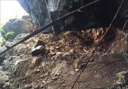 Nhiều tảng đá 'mồ côi' đe dọa lao trượt xuống nhà dân tại núi Vườn Già