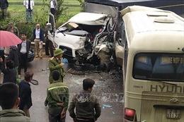 Xe khách đâm trực diện xe tải khiến 2 người nhập viện