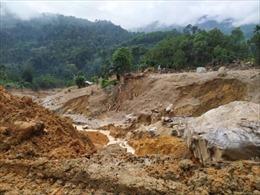 Hai người suýt mất mạng khi cố tình băng qua khu vực sạt lở núi trong đêm