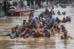 Bão Vamco gây ngập lụt thủ đô Manila của Philippines