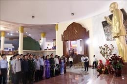 Dâng hoa kỷ niệm 100 năm ngày sinh Chủ tịch Lào Kaysone Phomvihane