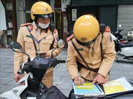 Xử phạt lái xe cố tình nhấn ga đẩy chiến sĩ CSGT trên đê Nguyễn Khoái