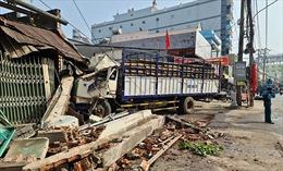 Tai nạn liên hoàn giữa 7 xe trên quốc lộ 1A làm sập 2 nhà dân ven đường