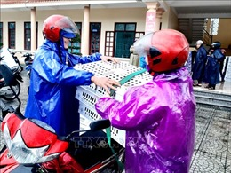 Trao gà giống hỗ trợ sinh kế cho bà con vùng lũ Quảng Bình