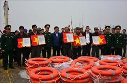 Tặng cờ Tổ quốc, ảnh Bác Hồ và phao cứu sinh cho ngư dân Nam Định
