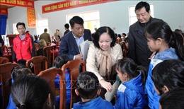 Đồng chí Trương Thị Mai thăm đồng bào vùng sạt lở núi xã Trà Leng