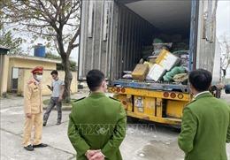 Xe đầu kéo 'kéo' gần 10 tấn thực phẩm bẩn