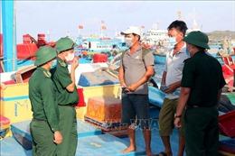 Tuyên truyền cho ngư dân nhanh chóng vào bờ đi bầu cử