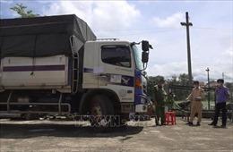 Xe tải liên tiếp tông gãy các barie để vượt chốt kiểm dịch COVID-19