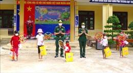 Bộ đội Biên phòng mang Tết Trung thu đến với trẻ em vùng biên giới