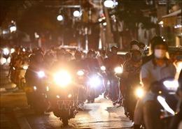 Người dân Hà Nội đổ ra đường đón Trung thu