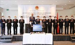 Chủ tịch Quốc hội Vương Đình Huệ chứng kiến Lễ trao tặng vaccine, vật tư y tế và Lễ ký các thỏa thuận hợp tác
