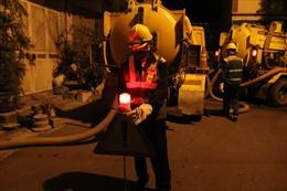 Bắt đầu hút bùn hệ thống thoát nước thải xung quanh Công ty Rạng Đông