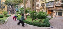 """Người dân khu vực cách ly tại phố Trúc Bạch 'chống dịch COVID-19"""" bằng luyện tập thể dục thể thao"""