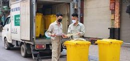 Rác thải của phố Trúc Bạch được khử khuẩn, phân loại nghiêm ngặt  trong những ngày cách ly dịch COVID-19