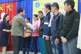 BHXH Việt Nam trao tặng thẻ BHYT cho người dân bị thiệt hại nặng do bão, mưa lũ
