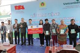 Trao tặng 600 sổ BHXH cho người nghèo tại huyện Mường Lát, tỉnh Thanh Hóa