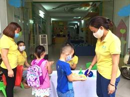 Học sinh mầm non, tiểu học Hà Nội được đo nhiệt độ ngay từ cổng trường sau kỳ nghỉ vì dịch COVID-19