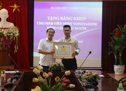 Bộ trưởng Bộ GD&ĐT tặng bằng khen cho sinh viên Lào dũng cảm cứu người