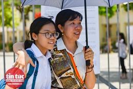 Thi vào lớp 10 Hà Nội: Thí sinh tươi cười khi ra khỏi phòng thi môn Ngữ văn