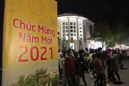 Người dân Thủ đô đổ về trung tâm hồ Hoàn Kiếm chào năm mới 2021