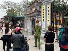 Đền Đô tạm dừng đón khách vì lượng người đến quá đông