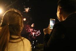 Người dân Thủ đô háo hức xem bắn pháo hoa đón năm Tân Sửu