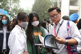 Hàng nghìn học sinh tham dự ngày hội tư vấn tuyển sinh 2021