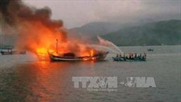 Hai tàu cá bất ngờ bốc cháy ngùn ngụt lúc nửa đêm