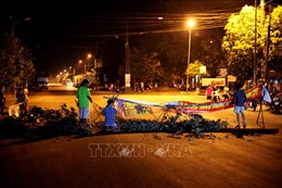 Người dân lập rào chắn chặn xe phản đối trạm xử lý nước thải khu công nghiệp gây ô nhiễm