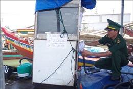 Bắt quả tang bán dầu trái phép trên biển