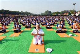 Thủ tướng Ấn Độ thực hiện các tư thế chào Mặt Trời trong ngày Yoga quốc tế