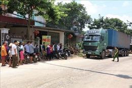 Không chịu nổi mùi hôi thối khi vận chuyển, người dân chặn xe chở rác vào bãi xử lý