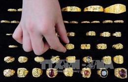 Giá vàng thế giới lên mức cao nhất trong hơn sáu năm